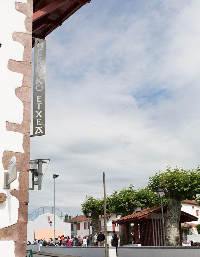 Vue de la mairie de Louhossoa et du fronton
